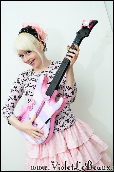 VioletLeBeaux-kawaii-pink-guitar-hero-modification-3_16816